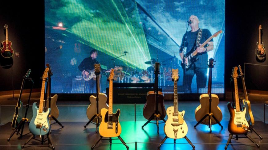 David Gilmour  de Pink Floyd vend aux enchères ses guitares