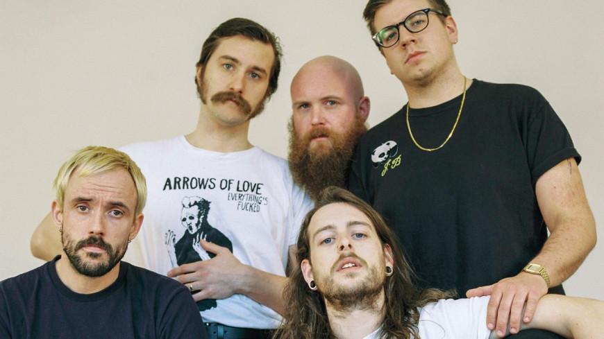 """IDLES dévoile la sortie d'un nouvel album et le clip de """"Grounds"""""""