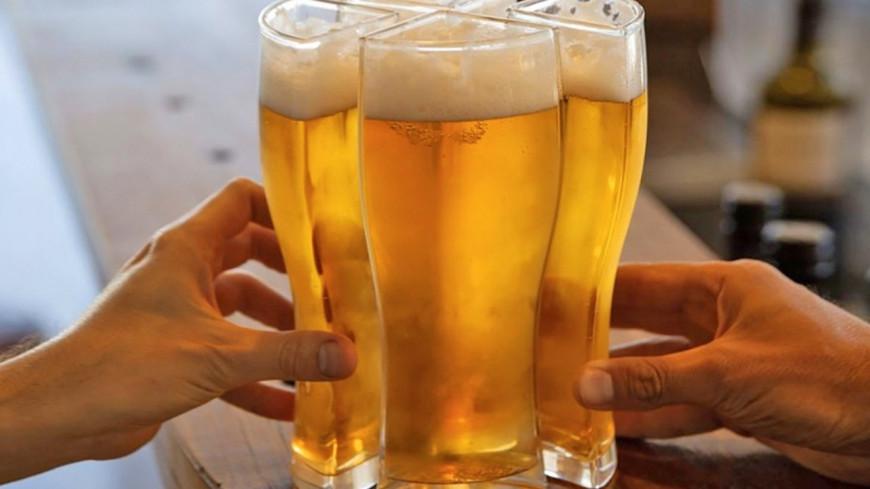 Découvrez le verre qui vous permet de porter 4 bières en même temps ! (photos)