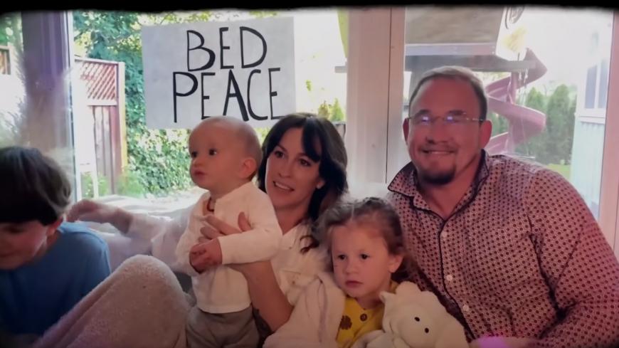 "Alanis Morissette : sa version de ""Happy Xmas (War Is Over)"" de John Lennon (vidéo)"