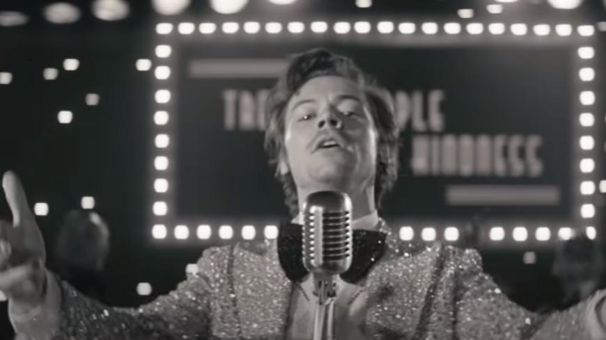 """Harry Styles dévoile le clip de """"Treat People With Kindness"""" ! (vidéo)"""