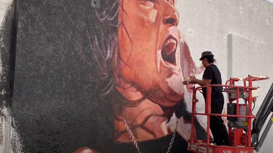 Un portrait géant d'Eddie Van Halen sur le mur du Guitar Center à Hollywood ! (vidéo)