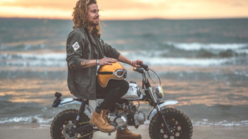 Julien Doré livre sa mini-moto aux gagnants de sa tombola solidaire (vidéo)