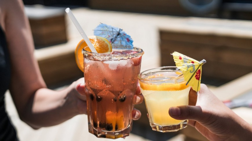 Après 3 rendez-vous, un homme demande à une jeune femme de lui rembourser les verres payés !