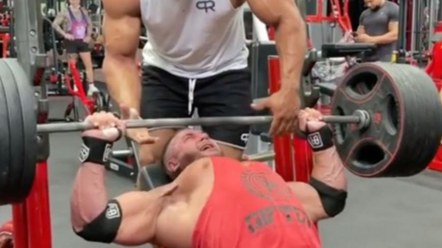 En soulevant un haltère, ce bodybuilder s'est déchiré le pectoral ! (vidéo)