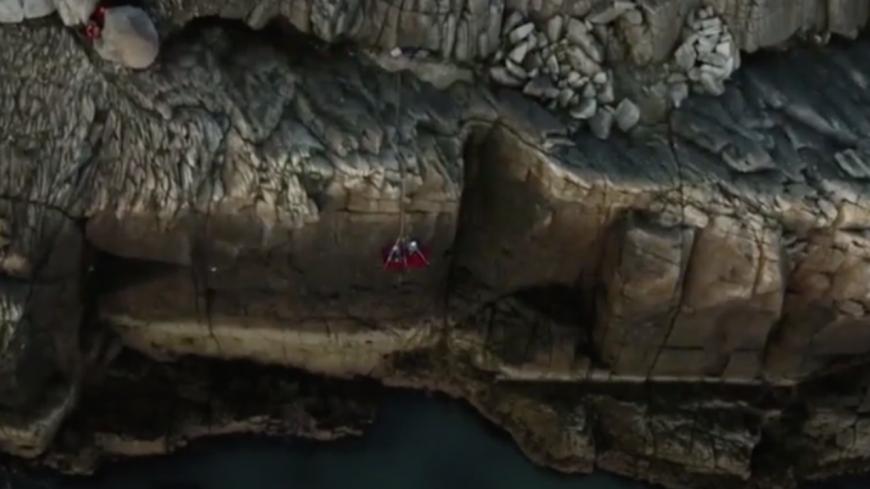 Lassé de télétravailler chez lui, il installe son bureau sur une falaise ! (vidéo)
