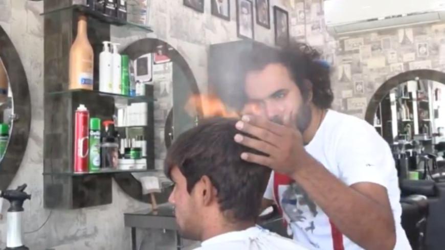 Ce coiffeur utilise des chalumeaux et des hachoirs pour couper les cheveux ! (vidéo)