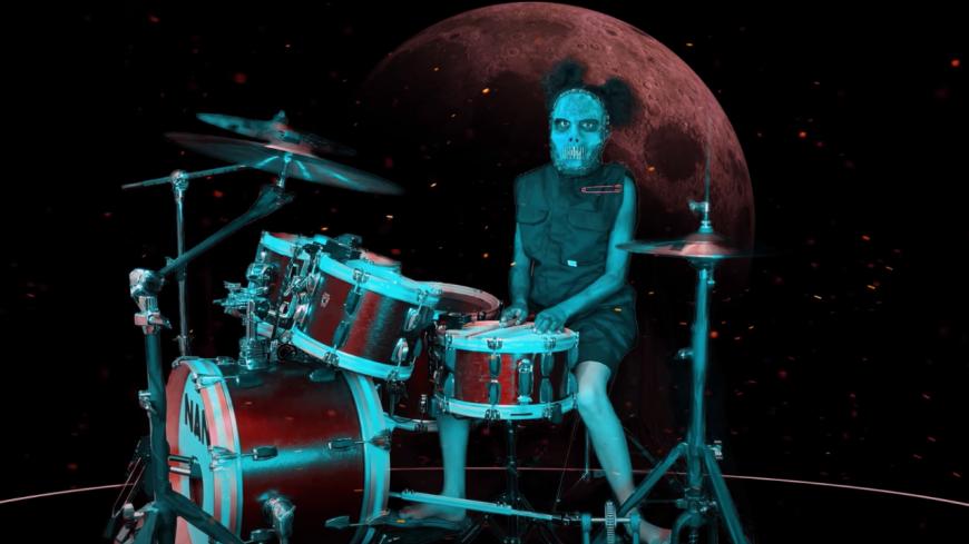 """À 11 ans, Nandi Bushnell reprend magistralement """"Duality"""" de Slipknot à la batterie ! (vidéo)"""