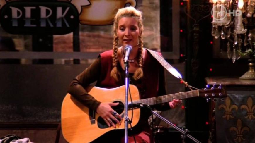 """Friends : Phoebe offre une nouvelle version du cultissime """"Tu pues le chat"""" (vidéo)"""