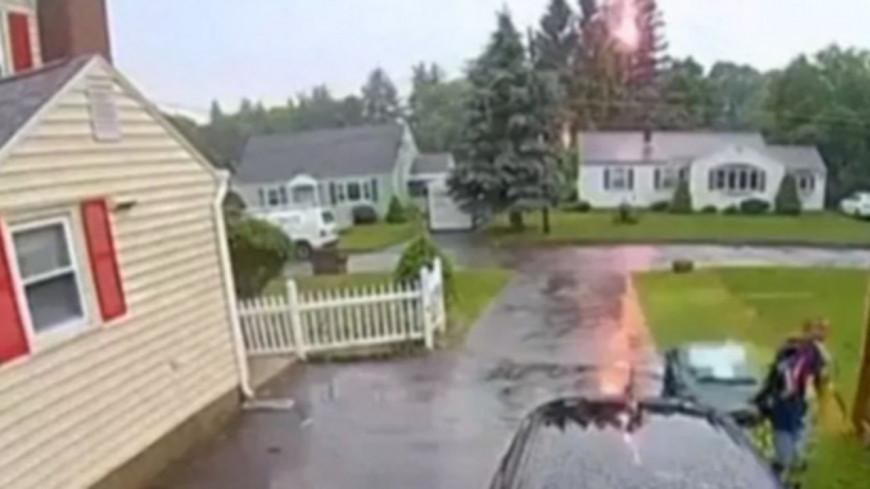 Incroyable - Cet homme échappe à la foudre de quelques centimètres seulement (vidéo)