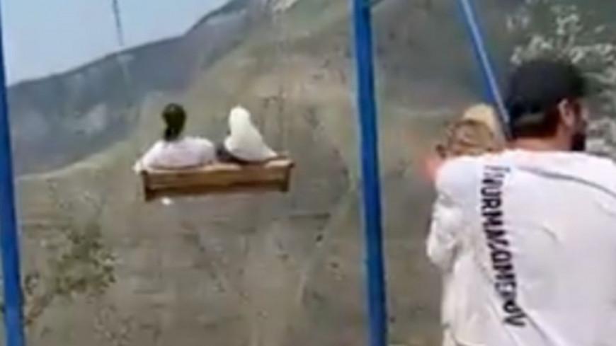 Une balançoire suspendue au bord d'un ravin cède, deux femmes tombent dans le vide ! (vidéo)