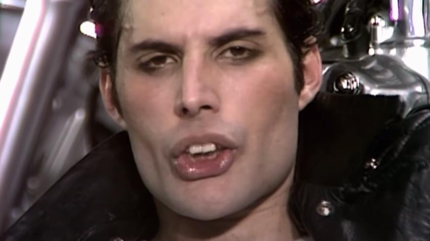 Roger Taylor et Brian May (Queen) racontent comment Freddie Mercury a écrit un titre dans son bain