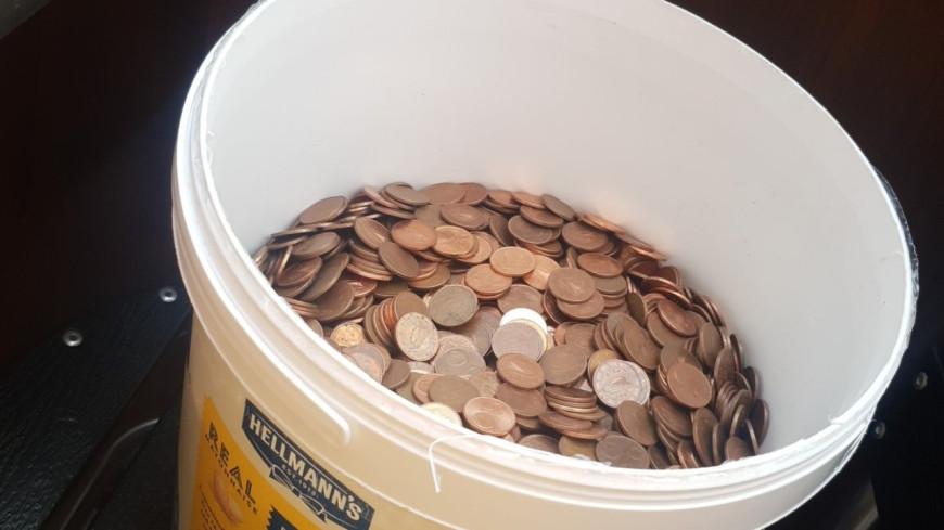 Un homme reçoit son salaire en pièces de 5 centimes dans un sceau à mayonnaise