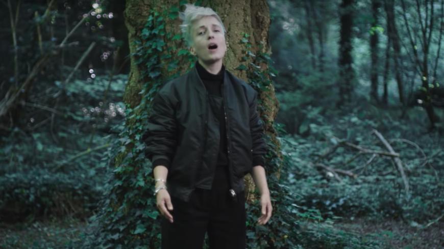 Jeanne Added quitte la jungle urbaine dans son nouveau clip